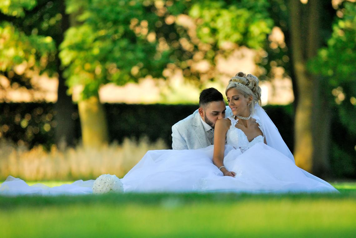 jeunes mariés sur l'herbe