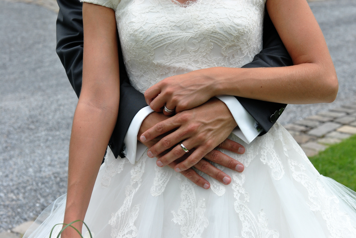 jeunes mariés dans un parc